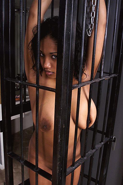 【SMエロ画像】惨め過ぎて逆に従いたくなる…狭い檻に閉じ込められたM女www 16