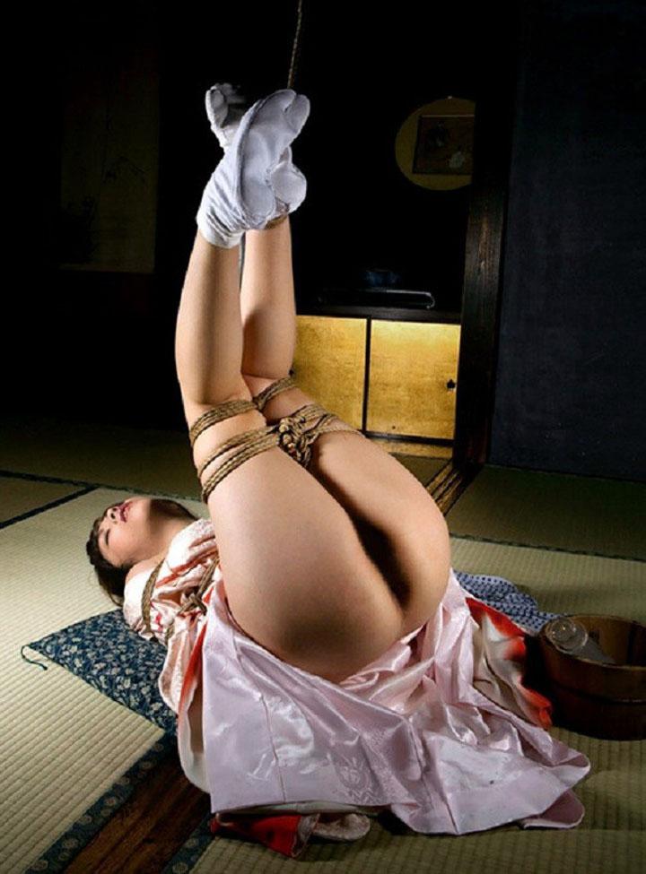 【SMエロ画像】昔の拷問っぽくて酷w着物姿の女性を緊縛して徹底調教www 08