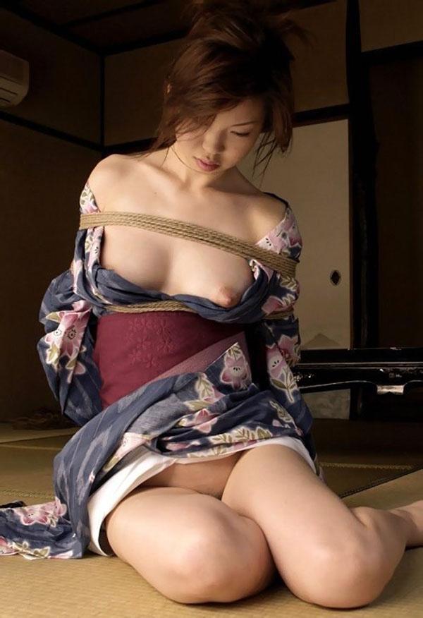【SMエロ画像】昔の拷問っぽくて酷w着物姿の女性を緊縛して徹底調教www 09