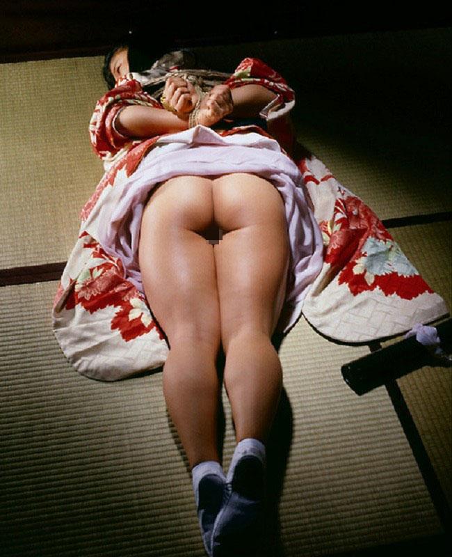 【SMエロ画像】昔の拷問っぽくて酷w着物姿の女性を緊縛して徹底調教www 14