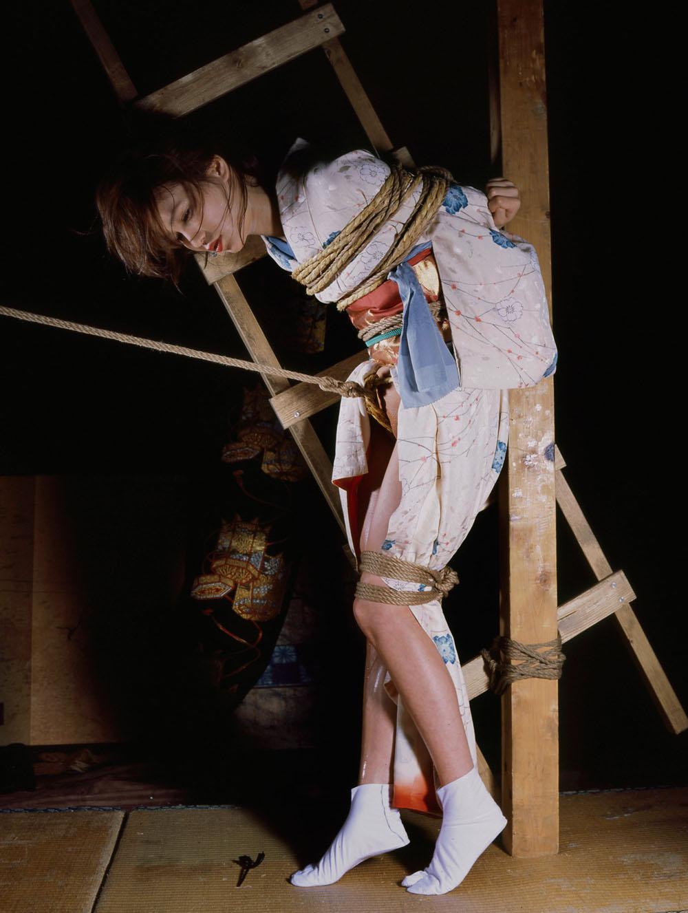 【SMエロ画像】昔の拷問っぽくて酷w着物姿の女性を緊縛して徹底調教www 19