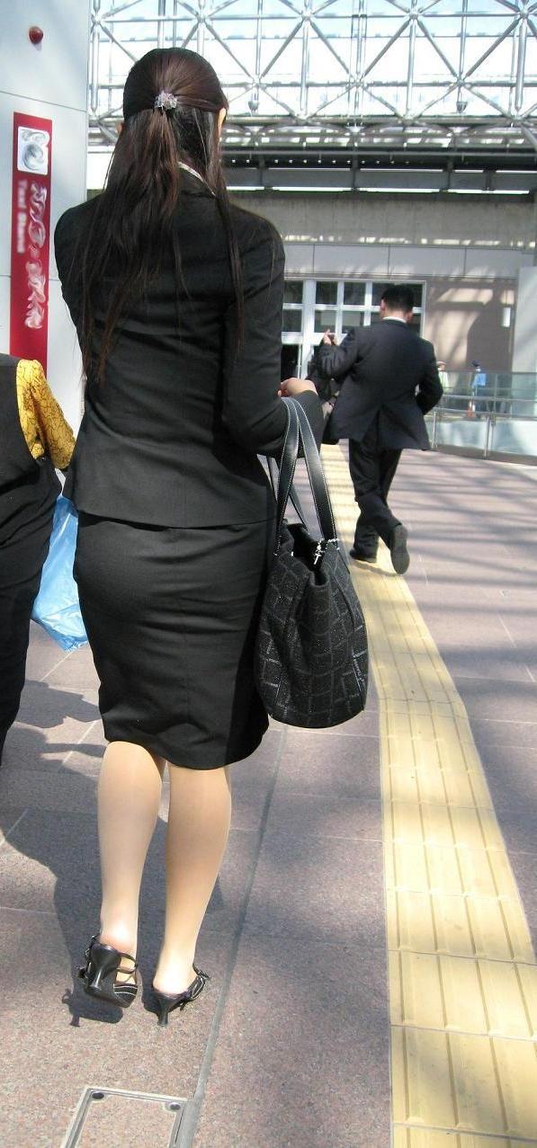 【OLエロ画像】決まってパンパンなタイト尻w見とれてしまう街角OLの下半身www 03