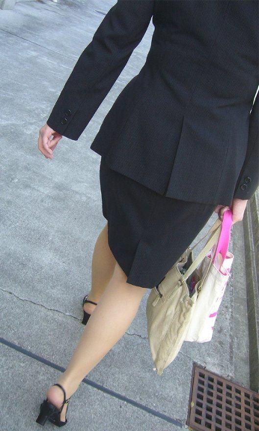 【OLエロ画像】決まってパンパンなタイト尻w見とれてしまう街角OLの下半身www 14