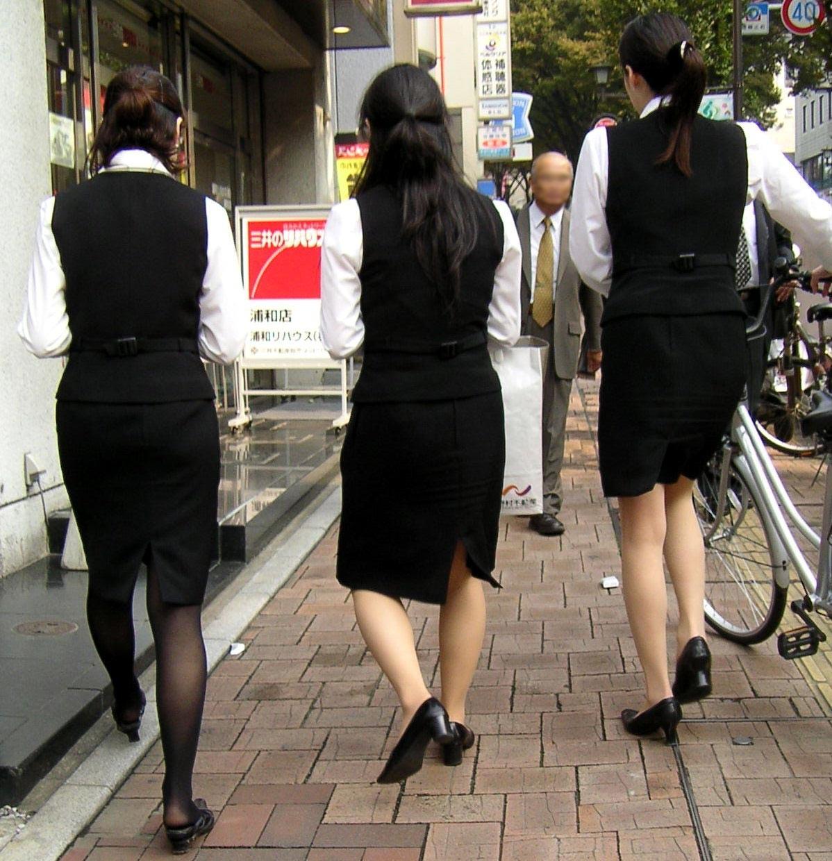 【OLエロ画像】決まってパンパンなタイト尻w見とれてしまう街角OLの下半身www 17
