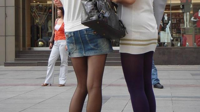 【 素人 街撮り画像 】黒ストッキングで透ける美脚がエロい素人お姉さんの街撮り画像