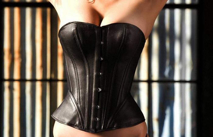 【SMエロ画像】女王様も拘束状態wキツく絞って着こなされたボンデージファッションwww 001