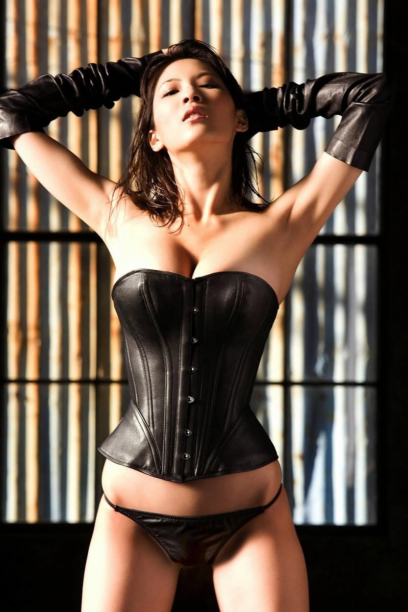 【SMエロ画像】女王様も拘束状態wキツく絞って着こなされたボンデージファッションwww 01