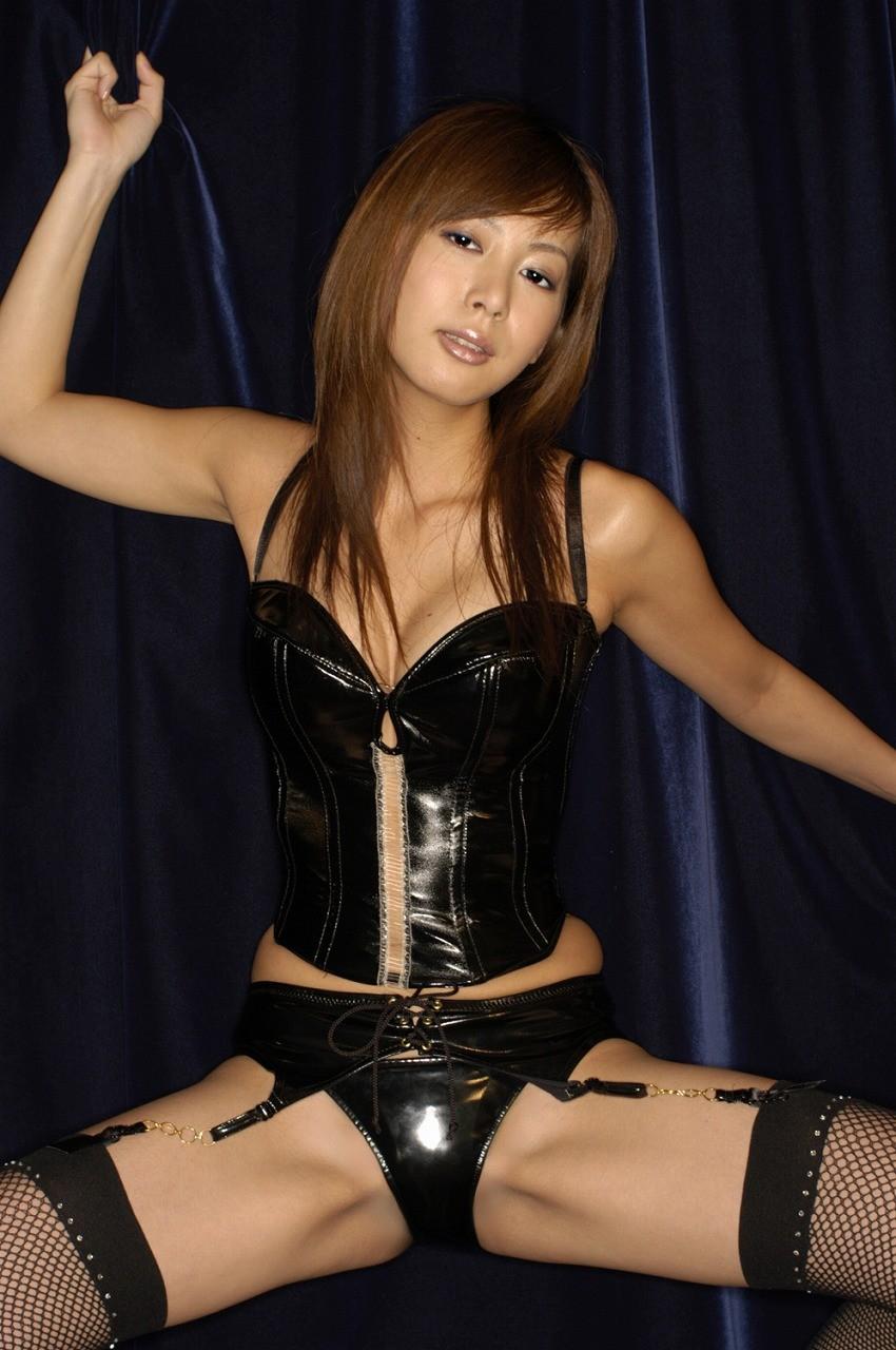 【SMエロ画像】女王様も拘束状態wキツく絞って着こなされたボンデージファッションwww 02
