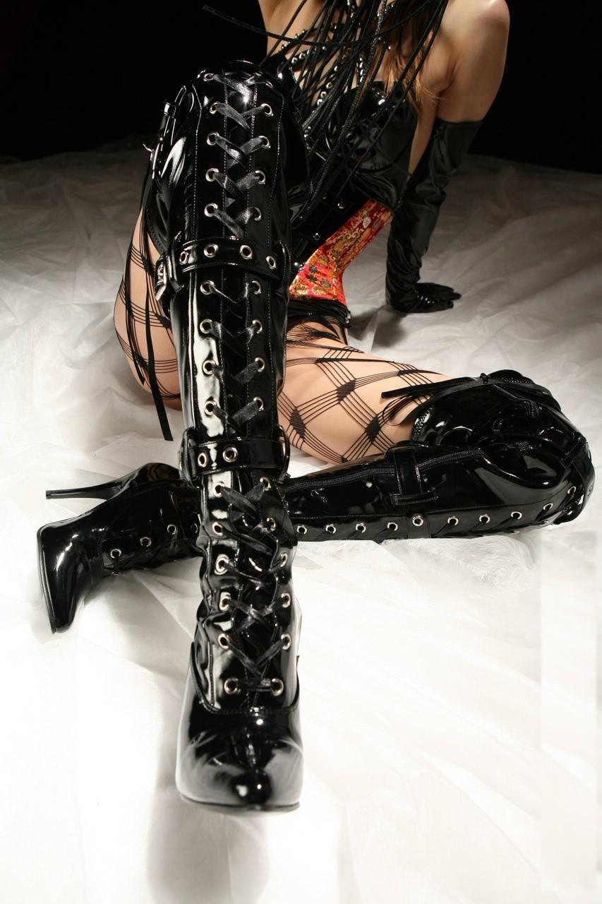 【SMエロ画像】女王様も拘束状態wキツく絞って着こなされたボンデージファッションwww 03