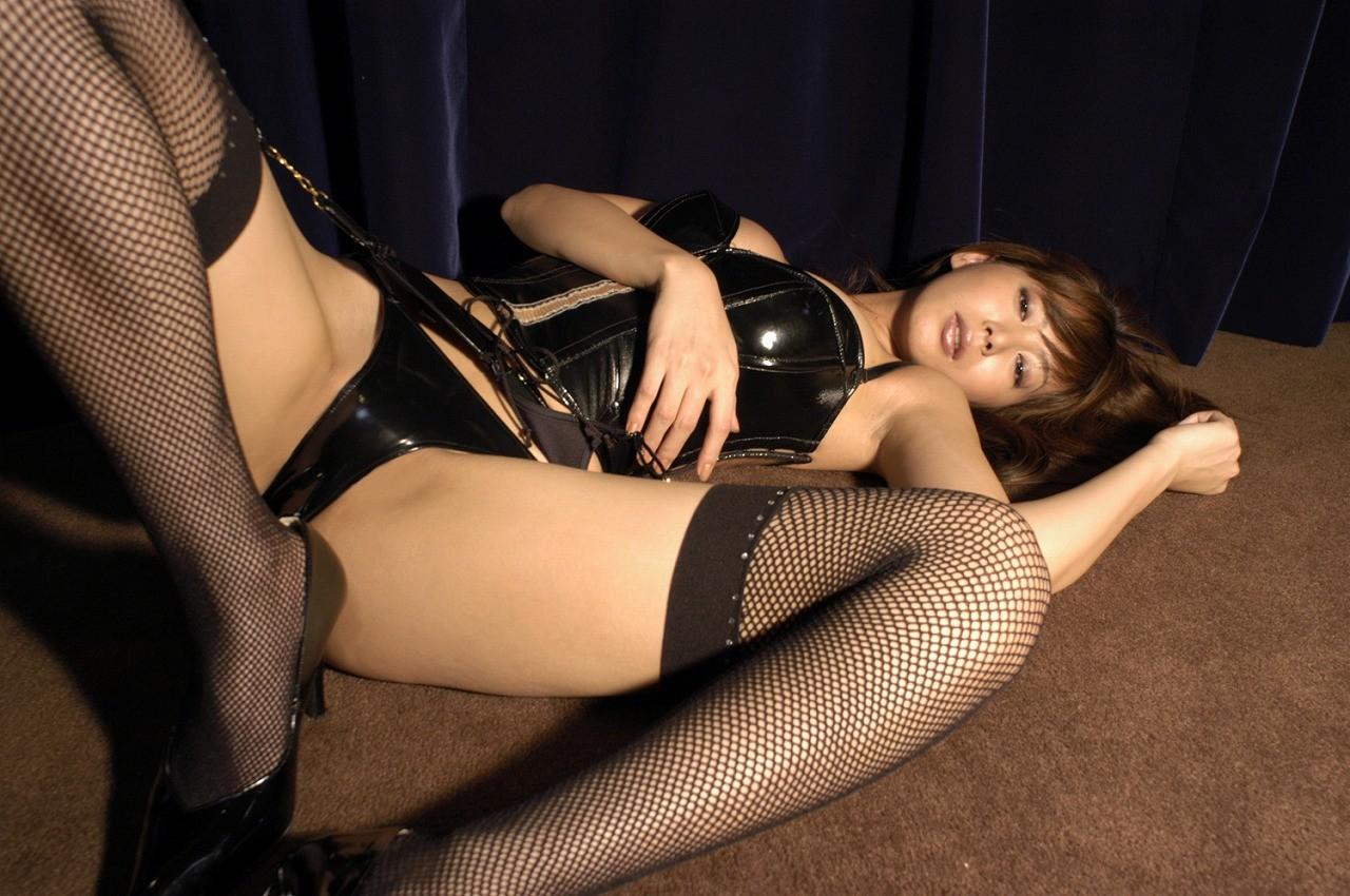 【SMエロ画像】女王様も拘束状態wキツく絞って着こなされたボンデージファッションwww 05