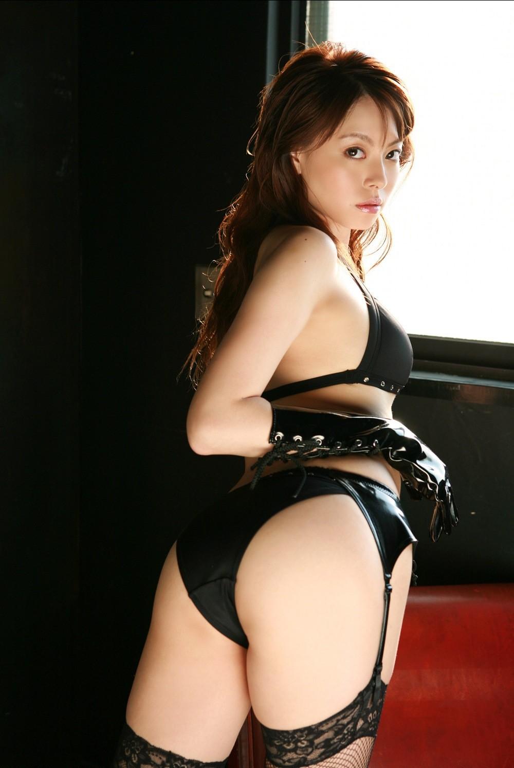 【SMエロ画像】女王様も拘束状態wキツく絞って着こなされたボンデージファッションwww 07
