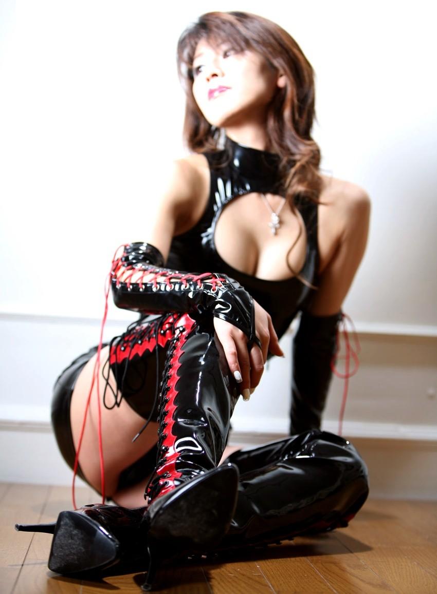 【SMエロ画像】女王様も拘束状態wキツく絞って着こなされたボンデージファッションwww 12