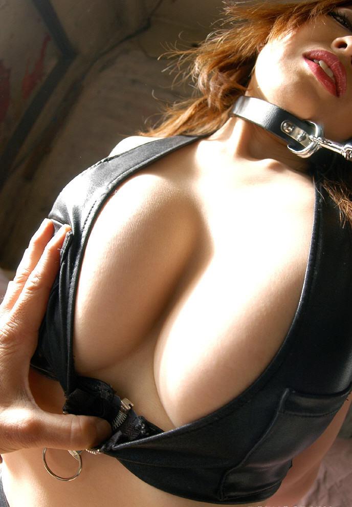 【SMエロ画像】女王様も拘束状態wキツく絞って着こなされたボンデージファッションwww 14
