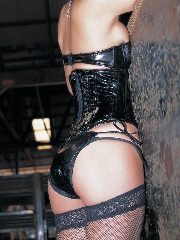 【SMエロ画像】女王様も拘束状態wキツく絞って着こなされたボンデージファッションwww 18
