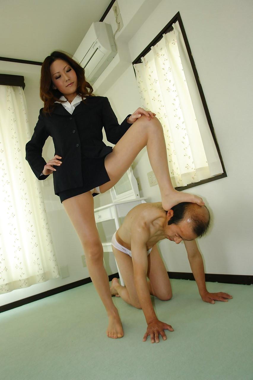 【SMエロ画像】厳しくも優しく男責めw素直に従いたくなる女王様の調教現場www 13