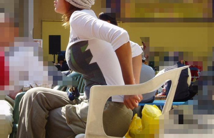 【街撮り巨乳画像】すれ違い様に横向いたらおおっ!声出そうになる着衣巨乳を観察www 001