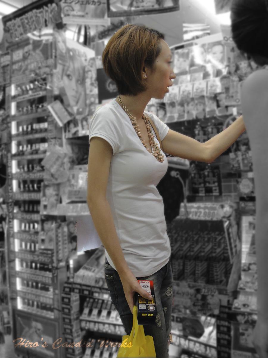 【街撮り巨乳画像】すれ違い様に横向いたらおおっ!声出そうになる着衣巨乳を観察www 03