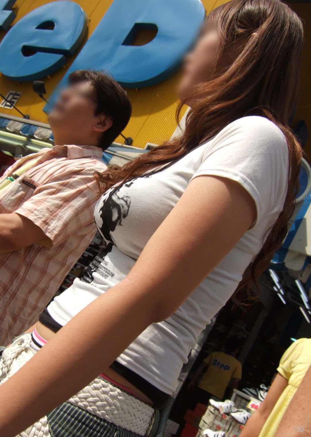 【街撮り巨乳画像】すれ違い様に横向いたらおおっ!声出そうになる着衣巨乳を観察www 07