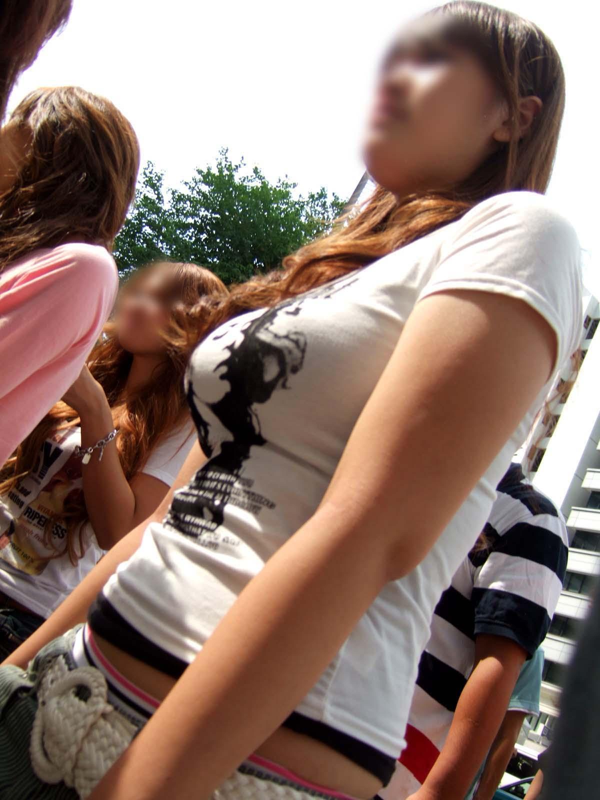 【街撮り巨乳画像】すれ違い様に横向いたらおおっ!声出そうになる着衣巨乳を観察www 10