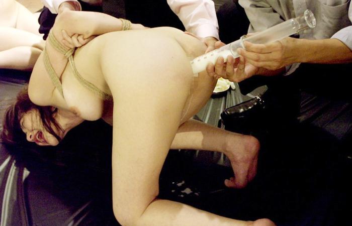 【SMエロ画像】この数分後に大量噴射w許容オーバーの液体を浣腸されるM女www 001
