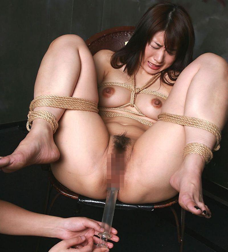 【SMエロ画像】この数分後に大量噴射w許容オーバーの液体を浣腸されるM女www 16
