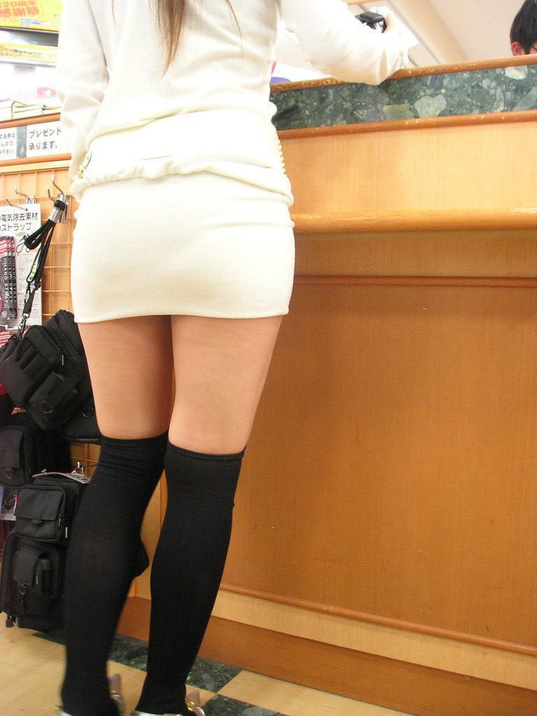 【着衣尻エロ画像】今の時期なら薄着バージョン見放題!街角そそる着衣尻www 04