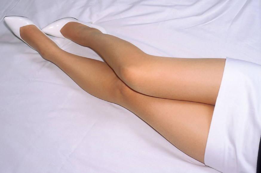 【美脚エロ画像】横たわる太ももからつま先まで網羅したくなる寝転ぶ美脚www 07