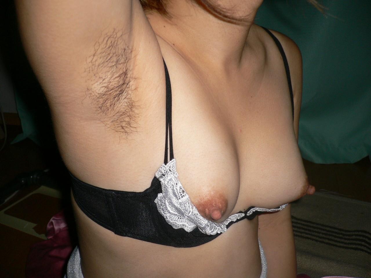 【腋毛エロ画像】どんなに美乳でもこの存在に持ってかれるw存在に賛否が問われる女の腋毛www 01