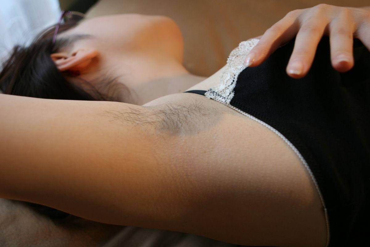 【腋毛エロ画像】どんなに美乳でもこの存在に持ってかれるw存在に賛否が問われる女の腋毛www 04