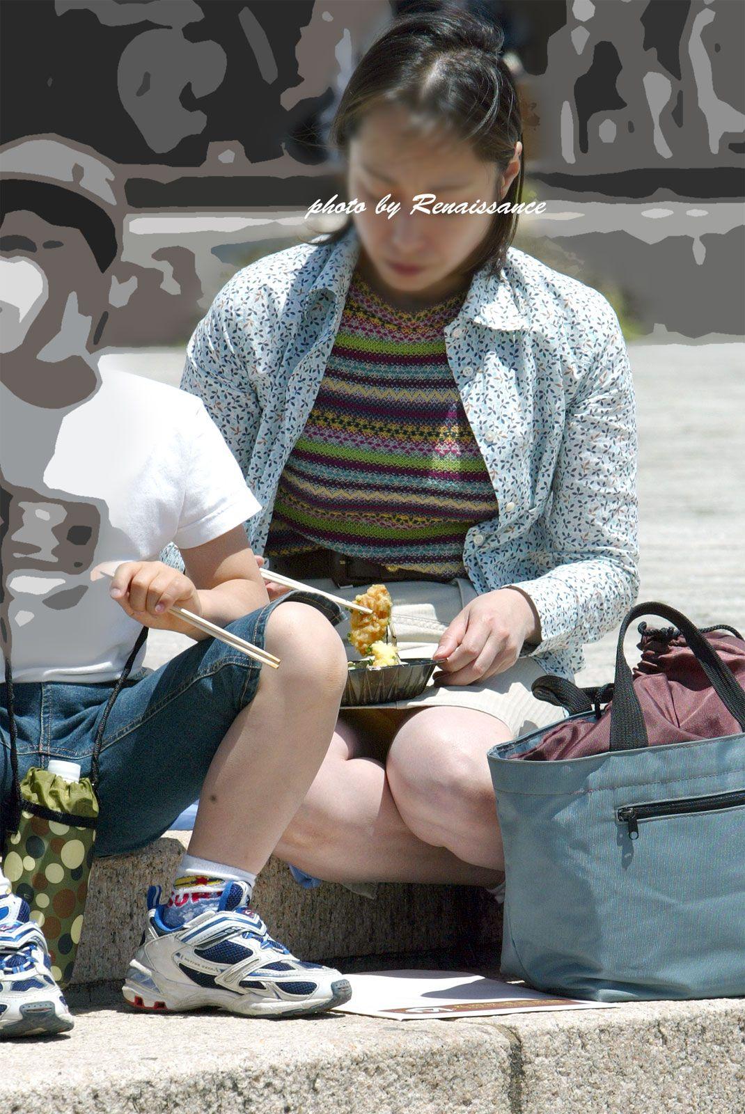 【パンチラエロ画像】実は欲求不満?無防備すぎる子連れママのそそるチラ見えwww 05