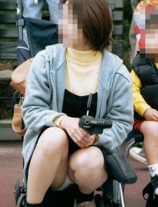 【パンチラエロ画像】実は欲求不満?無防備すぎる子連れママのそそるチラ見えwww 11