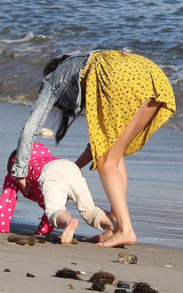 【パンチラエロ画像】実は欲求不満?無防備すぎる子連れママのそそるチラ見えwww 12