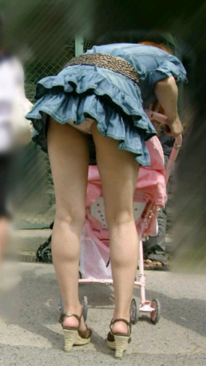 【パンチラエロ画像】実は欲求不満?無防備すぎる子連れママのそそるチラ見えwww 13