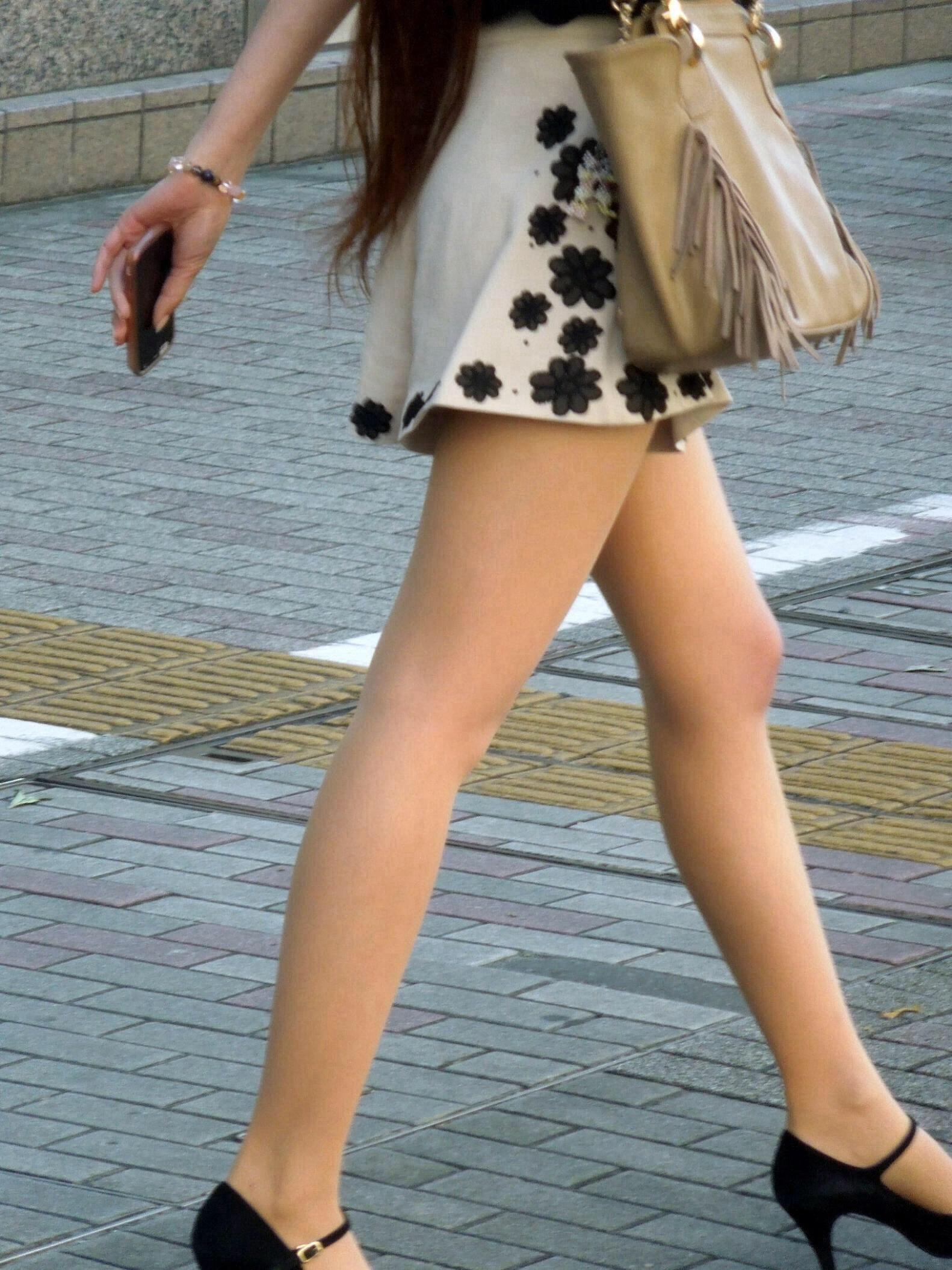 【美脚エロ画像】もう大根なんて言わせない!街行く新鮮な美脚美人撮りwww 09