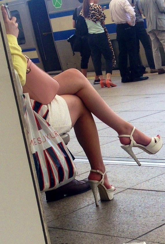 【美脚エロ画像】もう大根なんて言わせない!街行く新鮮な美脚美人撮りwww 15