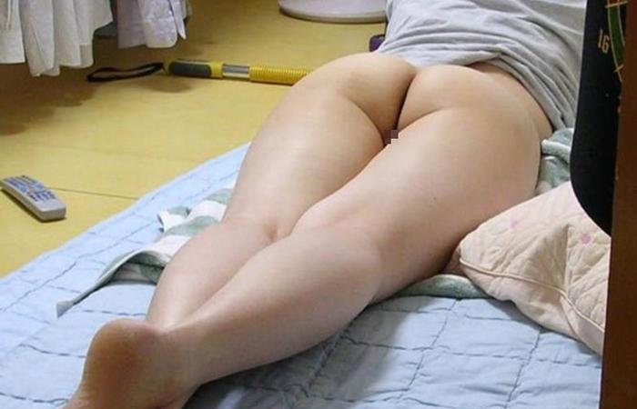 【家庭内エロ画像】迂闊に半裸で寛げねぇ…旦那に撮られた家の中での妻尻www 001