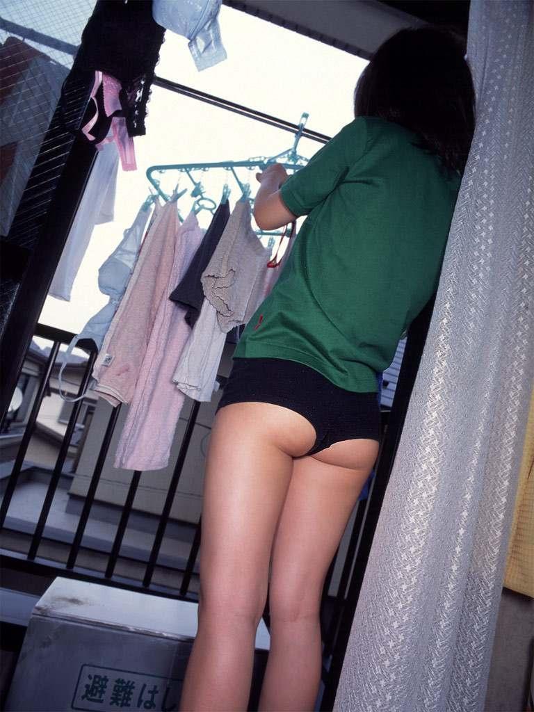 【家庭内エロ画像】迂闊に半裸で寛げねぇ…旦那に撮られた家の中での妻尻www 10