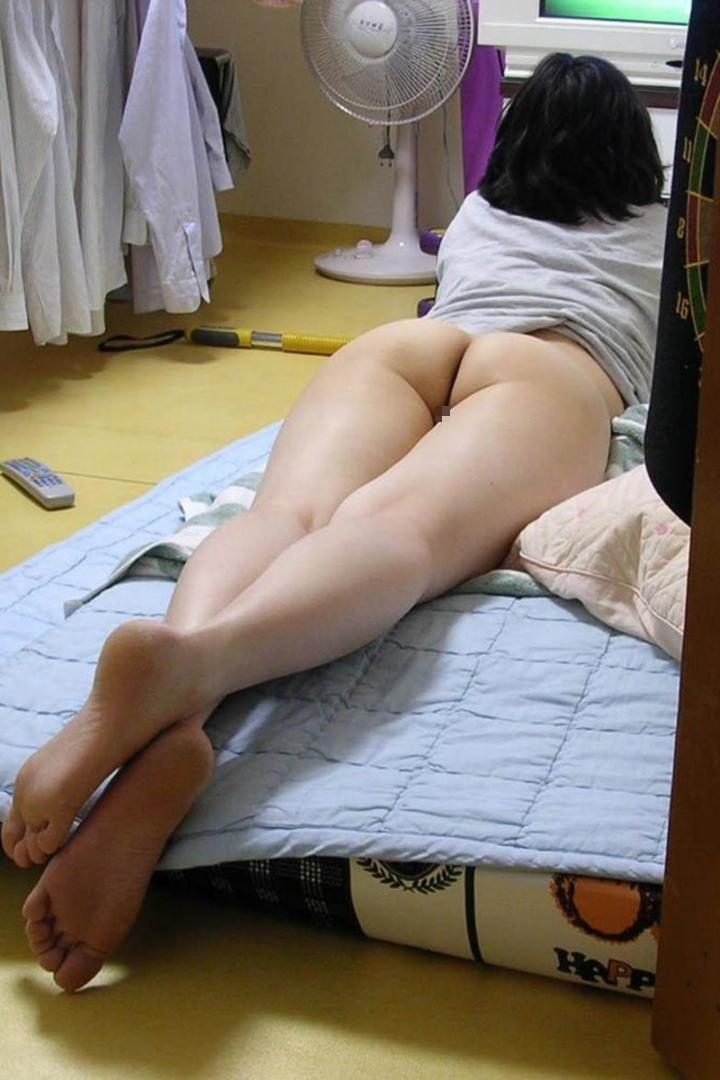 【家庭内エロ画像】迂闊に半裸で寛げねぇ…旦那に撮られた家の中での妻尻www 20