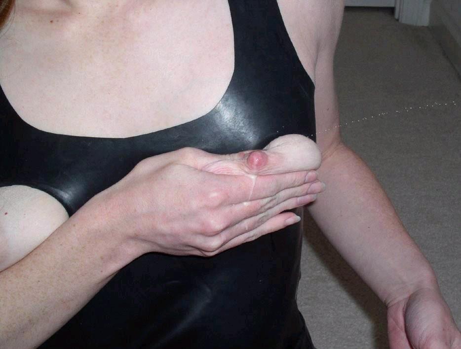 【母乳エロ画像】赤さんに済まないと思いつつ…啜りたくなるおっぱいのミルクwww 13