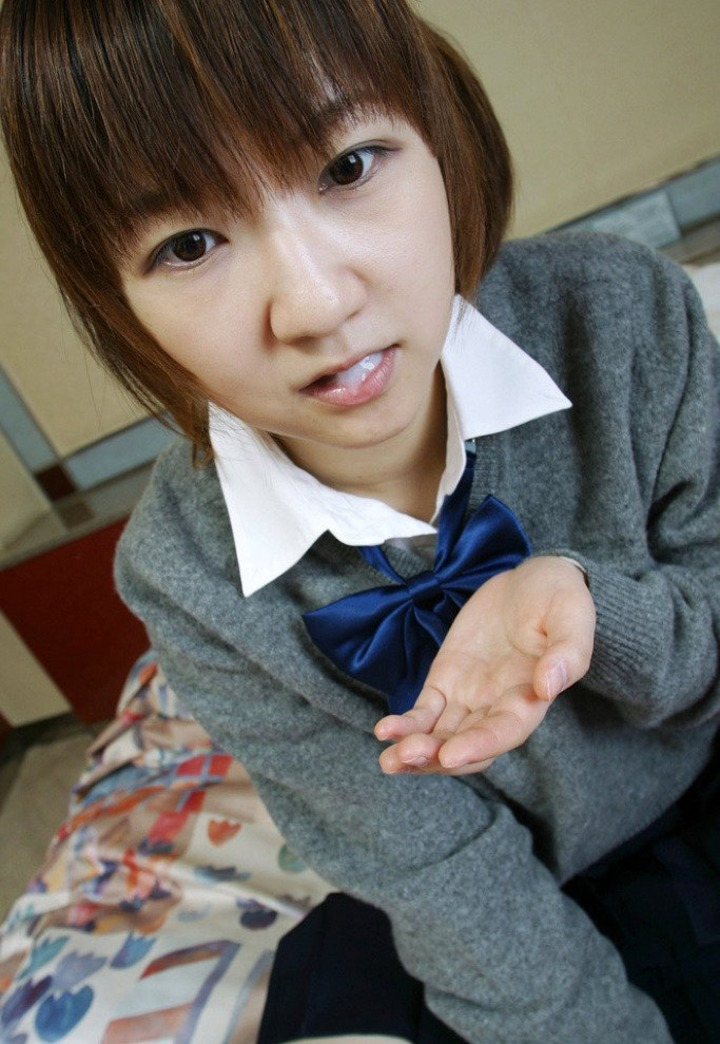 【ぶっかけエロ画像】美味しいのはプラシーボ効果w臭いザー汁を口で受け止めた女子www 13
