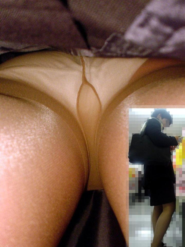 【パンチラエロ画像】仕込まなきゃ出来んレベルw見事にスカート内部を深く覗いた逆さ撮りwww 07