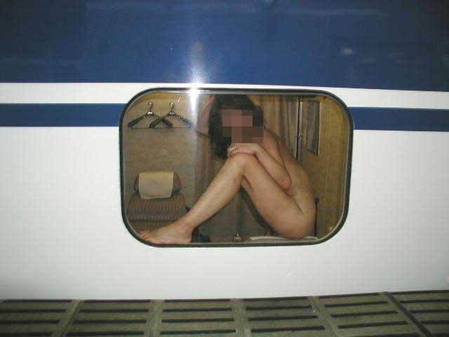【露出エロ画像】乗客ほぼゼロの状況を狙って…我が物顔で電車内露出www 15