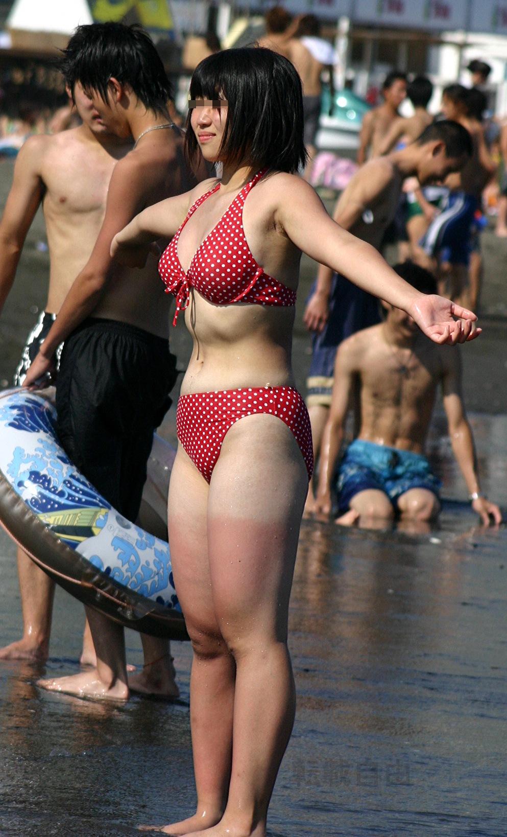 【水着エロ画像】あんな下着同然の布の奥に…ビーチに実った果実の如きビキニおっぱいwww 03