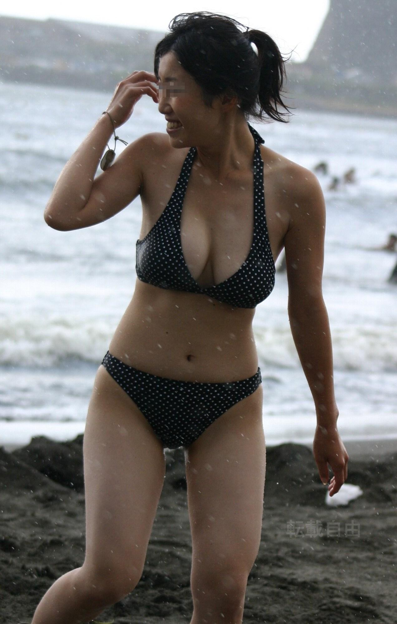 【水着エロ画像】あんな下着同然の布の奥に…ビーチに実った果実の如きビキニおっぱいwww 07