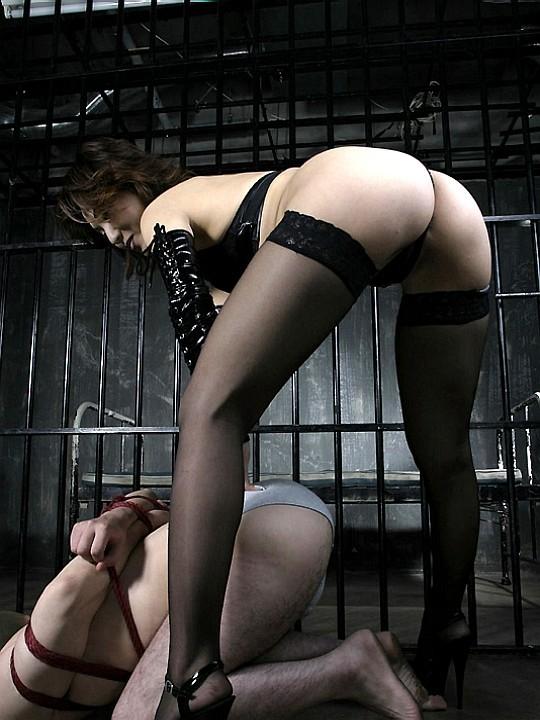 【SMエロ画像】ドSは男に容赦ないwボンデージ女王様の雄豚調教なうwww 17