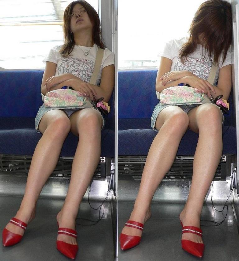 【パンチラエロ画像】降りそびれてもいいから見続けたい…電車対面パンチラwww 01
