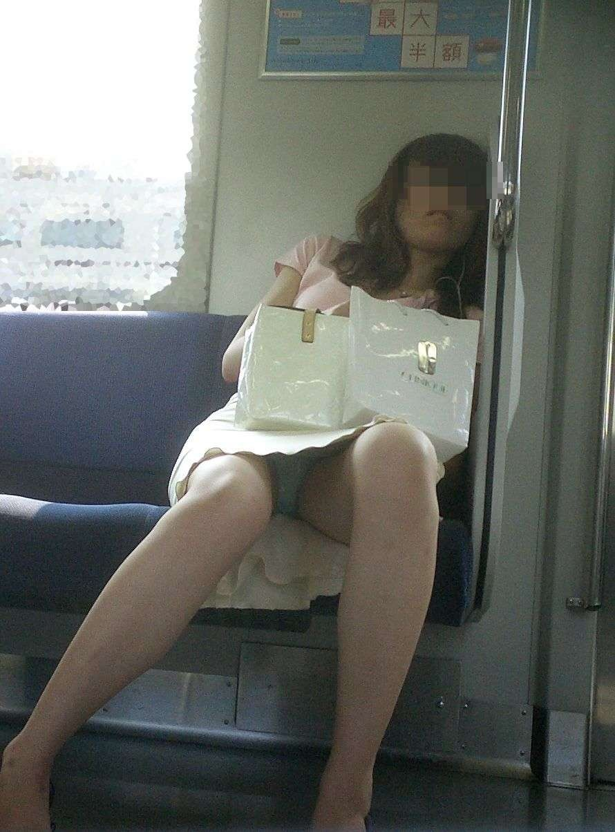 【パンチラエロ画像】降りそびれてもいいから見続けたい…電車対面パンチラwww 10