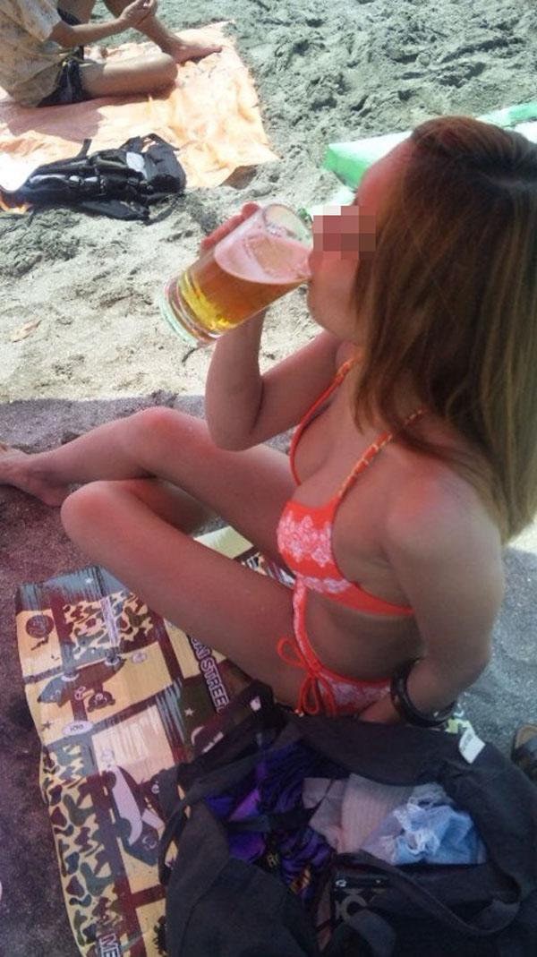 【水着エロ画像】頼りなさげな布1枚なのに…今すぐ零れ落ちて欲しいビーチのビキニ乳www 13