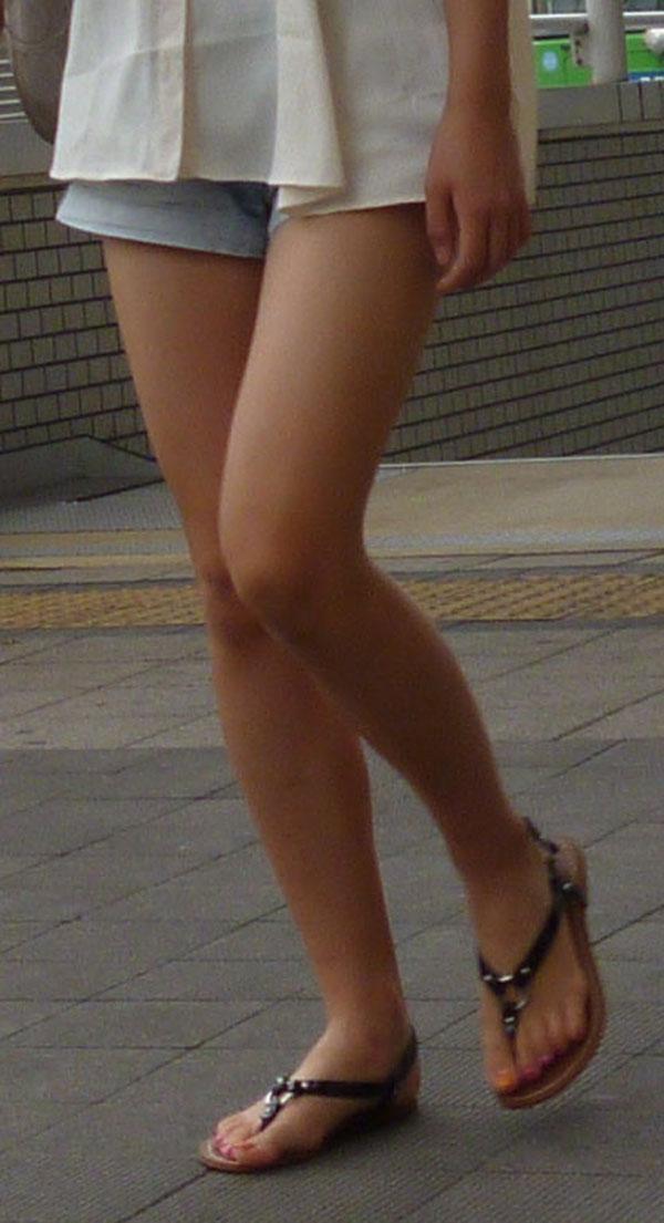 【美脚エロ画像】付け根から爪先まで見逃せない…夏ならではの生美脚撮りwww 02