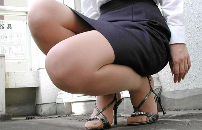 【ヒール美脚エロ画像】足蹴にされながら見上げるのが理想w鋭いヒールがよく似合う美脚www 001